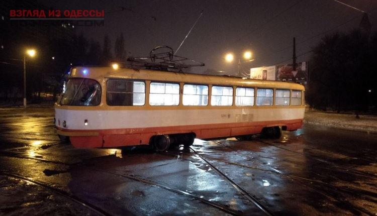 467875_v_odesse_tramvaj_soshel_s_relsov_na_malov.jpeg