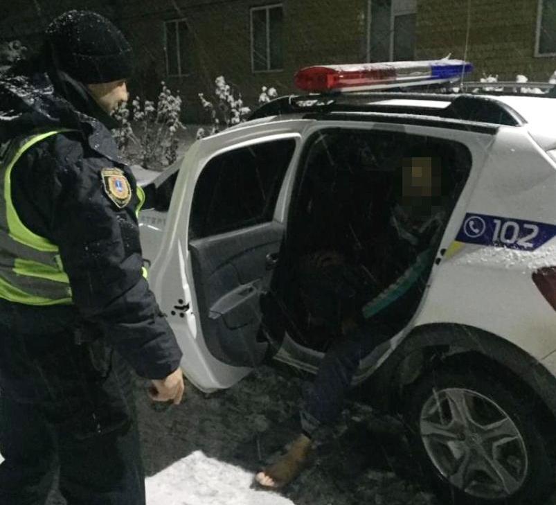468002_policejskie_spasli_ot_holodnoj_smerti_bos.jpeg